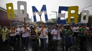 ESA01. SAN SALVADOR (EL SALVADOR), 22/05/2015.- Cientos de devotos del mártir salvadoreño Óscar Arnulfo Romero inician una procesión hoy, viernes 22 de mayo de 2015, en el marco de las actividades previas a la beatificación, mañana, del asesinado monseñor en San Salvador (El Salvador). Se espera la presencia de cerca de 300.000 personas en el acto de beatificación, programado para las 10:00 hora local (16:00 GMT) de este sábado. EFE/Oscar Rivera