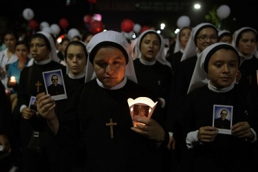 "Nuns take part in the ""pilgrimage of light"" in San Salvador, on the eve of blessed Monsignor Oscar Romero's canonization on October 13, 2018. - Hundreds of churchgoers from around Central America paraded in San Salvador Saturday to celebrate the impending canonization of slain Salvadoran cleric Oscar Romero. (Photo by MARVIN RECINOS / AFP)"