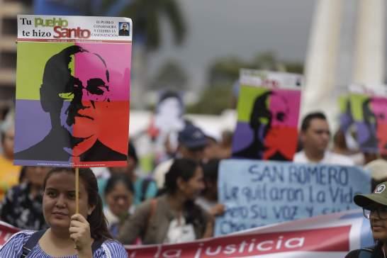 """ES3009. SAN SALVADOR (EL SALVADOR), 10/10/2018.- Representantes de varias organizaciones sociales de El Salvador se manifiestan hoy, 10 de octubre de 2018, en San Salvador (El Salvador). Los activistas de derechos humanos, pidieron al juez instructor del proceso penal por el asesinato de monseñor Óscar Arnulfo Romero """"acelerar"""" las diligencias del caso y garantizar un """"pronto juicio"""". EFE/Rodrigo Sura"""