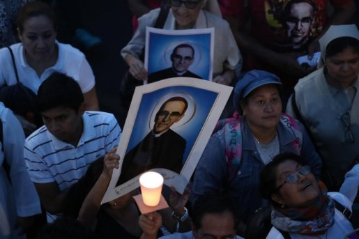 vista-del-inicio-de-los-actos-religiosos-y-culturales-para-celebrar-la-canonizacion-del-beato-salvadoreno-scar-arnulfo-romero-en-san-salvad_860_573_1676394